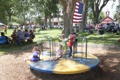 Περιστροφή παιδιών στην παιδική χαρά στο πόλης πάρκο Στοκ φωτογραφία με δικαίωμα ελεύθερης χρήσης