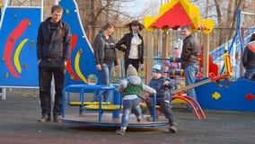 Περιστροφή παιδιών στο ιπποδρόμιο φιλμ μικρού μήκους