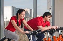 Περιστροφή ποδηλάτων στη γυμναστική στοκ εικόνα