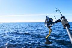 Περιστροφή ράβδων αλιείας με την κινηματογράφηση σε πρώτο πλάνο γραμμών Αλιεύοντας τη ράβδο στον κάτοχο ράβδων στο αλιευτικό σκάφ στοκ φωτογραφία με δικαίωμα ελεύθερης χρήσης