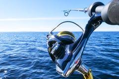 Περιστροφή ράβδων αλιείας με την κινηματογράφηση σε πρώτο πλάνο γραμμών Αλιεύοντας τη ράβδο στον κάτοχο ράβδων στο αλιευτικό σκάφ στοκ φωτογραφίες