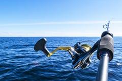 Περιστροφή ράβδων αλιείας με την κινηματογράφηση σε πρώτο πλάνο γραμμών Αλιεύοντας τη ράβδο στον κάτοχο ράβδων στο αλιευτικό σκάφ στοκ εικόνα με δικαίωμα ελεύθερης χρήσης