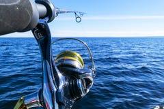 Περιστροφή ράβδων αλιείας με την κινηματογράφηση σε πρώτο πλάνο γραμμών Αλιεύοντας τη ράβδο στον κάτοχο ράβδων στο αλιευτικό σκάφ στοκ εικόνες