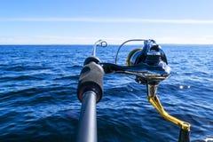 Περιστροφή ράβδων αλιείας με την κινηματογράφηση σε πρώτο πλάνο γραμμών Αλιεύοντας τη ράβδο στον κάτοχο ράβδων στο αλιευτικό σκάφ στοκ φωτογραφία