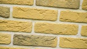 Περιστροφή του κίτρινου διακοσμητικού τούβλου για το σπίτι Υπόβαθρο πλινθοδομής Φραγμός αριθμού απόθεμα βίντεο