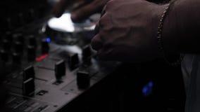 Περιστροφή του DJ στην περιστροφική πλάκα στο κόμμα μουσική εξοπλισμός Κουμπιά μουσικός απόθεμα βίντεο