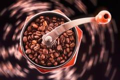 Περιστροφή φασολιών κινηματογραφήσεων σε πρώτο πλάνο και καφέ μύλων καφέ Στοκ εικόνες με δικαίωμα ελεύθερης χρήσης