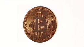Περιστροφή Bitcoin σε ένα άσπρο υπόβαθρο φιλμ μικρού μήκους