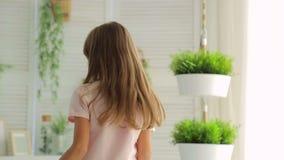 Περιστροφή brunette μικρών κοριτσιών στο δωμάτιο και τα χαμόγελα απόθεμα βίντεο