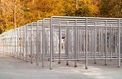 Περιστροφικές πύλες για να περιορίσει τη μετάβαση των ανθρώπων υπαίθρια, κοντά, διάστημα αντιγράφων στοκ φωτογραφία