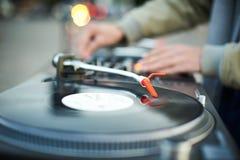 Περιστροφική πλάκα, χέρι του DJ στο βινυλίου αρχείο Στοκ Φωτογραφία