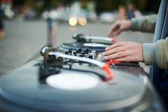 Περιστροφική πλάκα, χέρι του DJ στο βινυλίου αρχείο Στοκ Φωτογραφίες