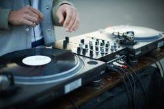 Περιστροφική πλάκα, χέρι του DJ στο βινυλίου αρχείο Στοκ Εικόνα