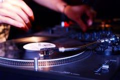 Περιστροφική πλάκα, χέρι του DJ στο βινυλίου αρχείο Στοκ φωτογραφίες με δικαίωμα ελεύθερης χρήσης