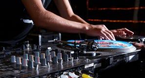 Περιστροφική πλάκα, χέρι του DJ στο βινυλίου αρχείο Στοκ φωτογραφία με δικαίωμα ελεύθερης χρήσης