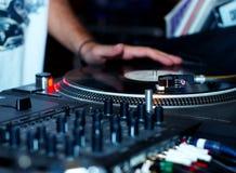 Περιστροφική πλάκα, χέρι του DJ στο βινυλίου αρχείο Στοκ Εικόνες