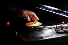 Περιστροφική πλάκα, χέρι του DJ στο βινυλίου αρχείο Στοκ εικόνες με δικαίωμα ελεύθερης χρήσης