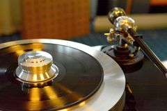 Περιστροφική πλάκα Audiophile με το βινυλίου αρχείο στοκ φωτογραφία