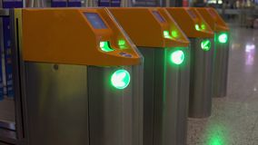 Περιστροφική πύλη για να ελέγξει τα εισιτήρια για τη μετάβαση μέσα Έλεγχος, επαλήθευση φιλμ μικρού μήκους