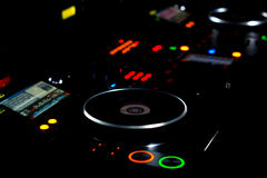 Περιστροφική πλάκα του DJ και γέφυρα μουσικής τη νύχτα Στοκ φωτογραφία με δικαίωμα ελεύθερης χρήσης
