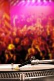 Περιστροφική πλάκα του DJ με το βινυλίου αρχείο στη λέσχη χορού Στοκ φωτογραφία με δικαίωμα ελεύθερης χρήσης