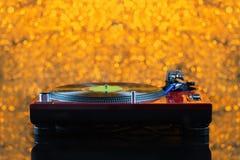 Περιστροφική πλάκα του DJ στο κίτρινο υπόβαθρο από την εστίαση Στοκ φωτογραφία με δικαίωμα ελεύθερης χρήσης