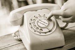 Περιστροφικό τηλέφωνο αριθμού σχηματισμού δάχτυλων χεριών Στοκ Φωτογραφίες