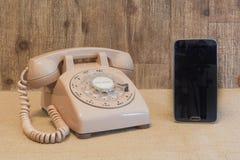 Περιστροφικό τηλέφωνο και έξυπνο τηλέφωνο Στοκ φωτογραφία με δικαίωμα ελεύθερης χρήσης