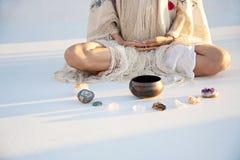 Περισυλλογή γυναικών με τα κρύσταλλα και το τραγουδώντας κύπελλο στοκ φωτογραφίες με δικαίωμα ελεύθερης χρήσης