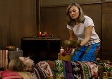 Περισυλλογή με τα θιβετιανά τραγουδώντας κύπελλα Η έννοια του calmness και χαλαρώνει στοκ φωτογραφίες
