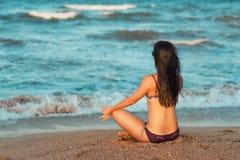 Περισυλλογή γιόγκας στην παραλία στοκ εικόνες