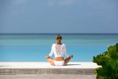περισυλλογή Φωτογραφία μιας γυναίκας που κάθεται στη θέση λωτού στην ωκεάνια ακτή Μαλδίβες Στοκ εικόνες με δικαίωμα ελεύθερης χρήσης