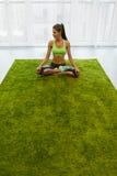 περισυλλογή Όμορφη γυναίκα με το κατάλληλο σώμα Meditating στο σπίτι Στοκ φωτογραφίες με δικαίωμα ελεύθερης χρήσης