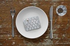 Περιτύλιγμα χαπιών στην άσπρη ιατρική φαρμακείων συμπληρωμάτων διατροφής πιάτων Στοκ εικόνα με δικαίωμα ελεύθερης χρήσης