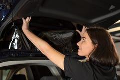 Περιτύλιγμα αυτοκινήτων που συνδέει το φύλλο αλουμινίου βαψίματος με το παράθυρο αυτοκινήτων στοκ φωτογραφίες