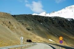 Περιφερειακή οδός, μπλε ουρανός, βουνό χιονιού, Ισλανδία Στοκ Εικόνα