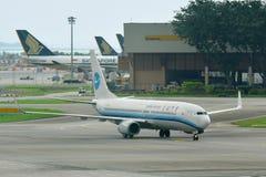 Περιφερειακό αεριωθούμενο να μετακινηθεί με ταξί του Boeing 737-800 αερογραμμών Xiamen Στοκ Εικόνα