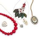 Περιδέραιο και κρεμαστά κοσμήματα που απομονώνονται στο άσπρο υπόβαθρο Στοκ φωτογραφία με δικαίωμα ελεύθερης χρήσης