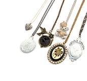 Περιδέραιο και κρεμαστά κοσμήματα που απομονώνονται στο άσπρο υπόβαθρο Στοκ εικόνες με δικαίωμα ελεύθερης χρήσης