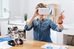 Περιληφθείς εθελοντής που εξετάζει την οπτική κάσκα πραγματικότητας στο εργαστήριο Στοκ φωτογραφία με δικαίωμα ελεύθερης χρήσης