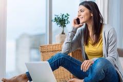 Περιληφθείσα νέα γυναίκα που μιλά πέρα από το τηλέφωνο στο σπίτι Στοκ φωτογραφίες με δικαίωμα ελεύθερης χρήσης