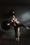 Περιληφθε'ντες νέοι χορευτές μπαλέτου που έχουν την κοινή πρόβα Στοκ Φωτογραφίες