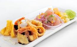 Περουβιανά τρόφιμα: chicharrones de pescado με το ceviche cebiche στοκ εικόνες