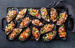 Περουβιανά τρόφιμα Choros ένα chalaca Λα Τα μεγάλα μύδια, zapatos choros καρύκεψαν με το πορφυρά κρεμμύδι, τις ντομάτες, το καλαμ στοκ φωτογραφία με δικαίωμα ελεύθερης χρήσης