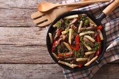 Περουβιανά τρόφιμα: Saltado Lomo σε ένα τηγανίζοντας τηγάνι οριζόντια τοπ άποψη στοκ εικόνες