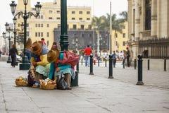 Περουβιανές γυναίκες που πωλούν τα γλυκά στις οδούς της Λίμα, Περού Στοκ Εικόνες