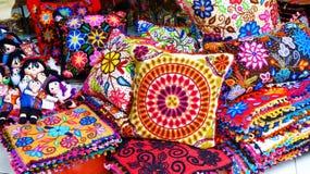 Περουβιανή βιοτεχνία: μαξιλάρια και κούκλες στην ινδική αγορά, Λίμα, Περού στοκ φωτογραφία