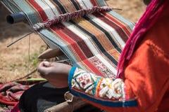 Περουβιανή κυρία που υφαίνει την παραδοσιακή μέθοδο Στοκ φωτογραφία με δικαίωμα ελεύθερης χρήσης