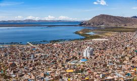 Περουβιανή πόλη Puno και πανόραμα Περού Titicaca λιμνών στοκ εικόνα