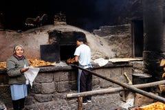 Περουβιανός Baker στη δράση στην αγορά Pisac στοκ φωτογραφία με δικαίωμα ελεύθερης χρήσης